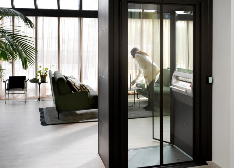 客厅中的 Aritco 4000 款家用电梯